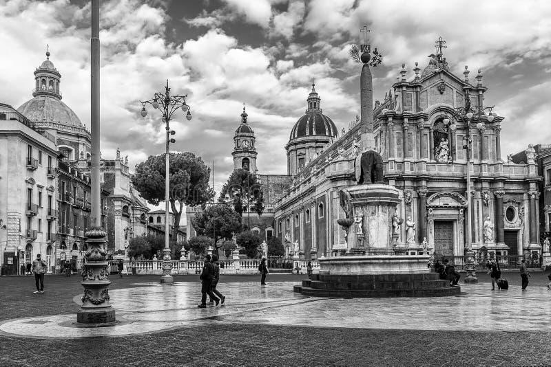 Svartvit sikt av den härliga fyrkant- och elefantspringbrunnen, Piazza del Duomo, Catania, Sicilien, Italien royaltyfri foto