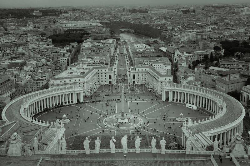 Svartvit sikt av Vaticanen som visar fyrkanten för St Peter ` s royaltyfri foto