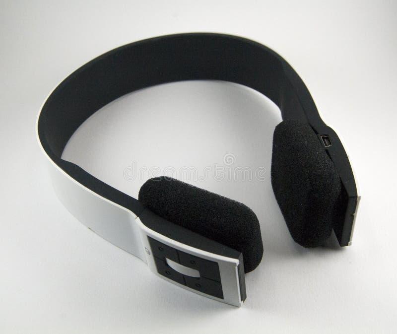 Svartvit sladdlös stereo- hörlurar med mikrofon arkivbild