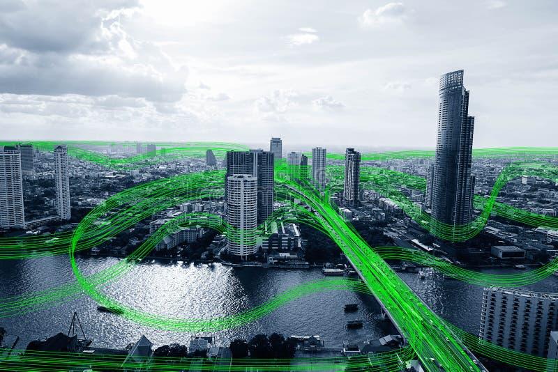 Svartvit smart stad med nätverket för datakommunikationsflöde arkivbild