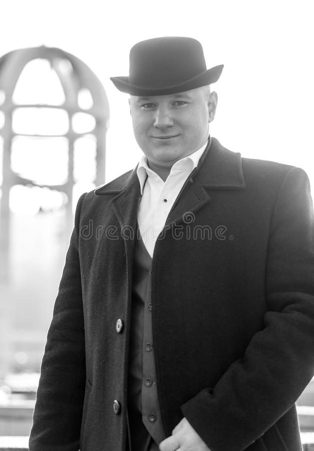 Svartvit stående av att le gentlemannen i plommonstop och royaltyfri fotografi