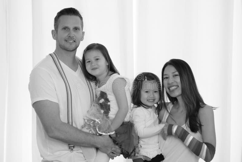 Svartvit stående av den asiatiska amerikanska familjen fotografering för bildbyråer