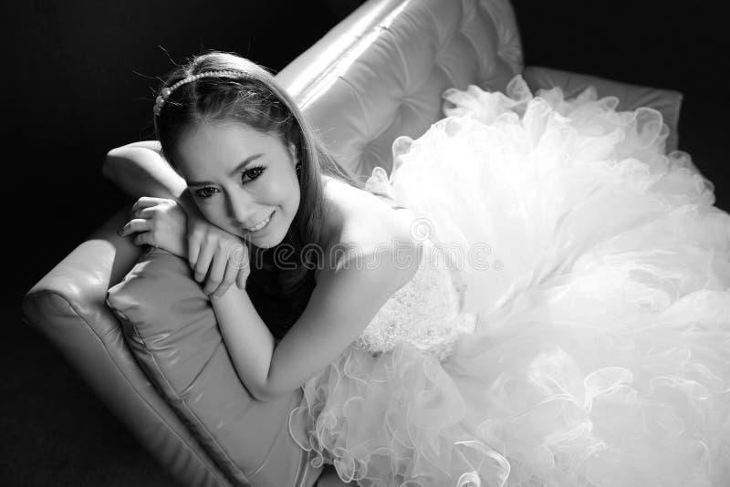 Svartvit stående av den härliga bruden royaltyfri foto