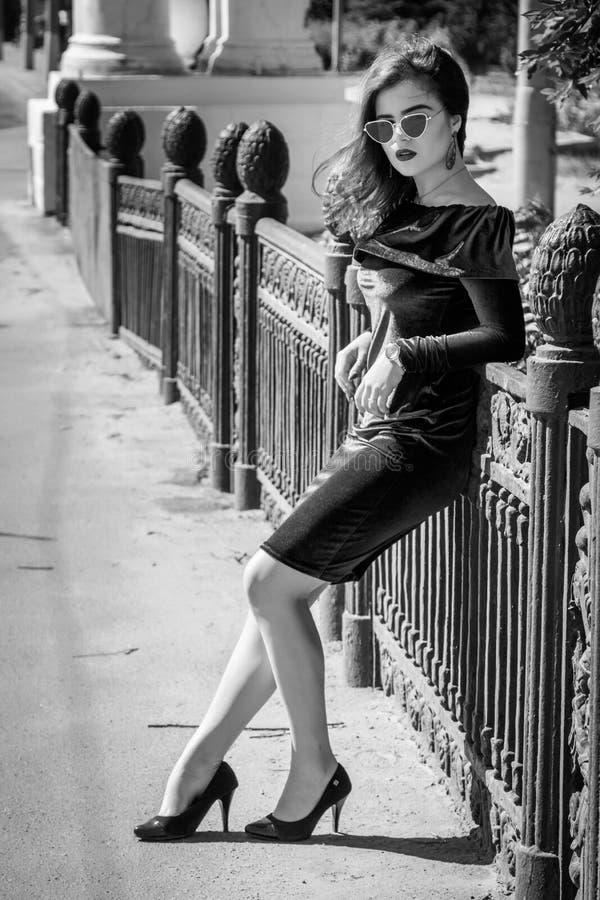 Svartvit stående av den härliga unga kvinnan med ljus makeup fotografering för bildbyråer