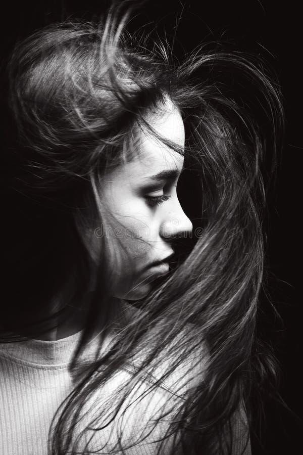 Svartvit stående av flickan på en svart bakgrund royaltyfri fotografi