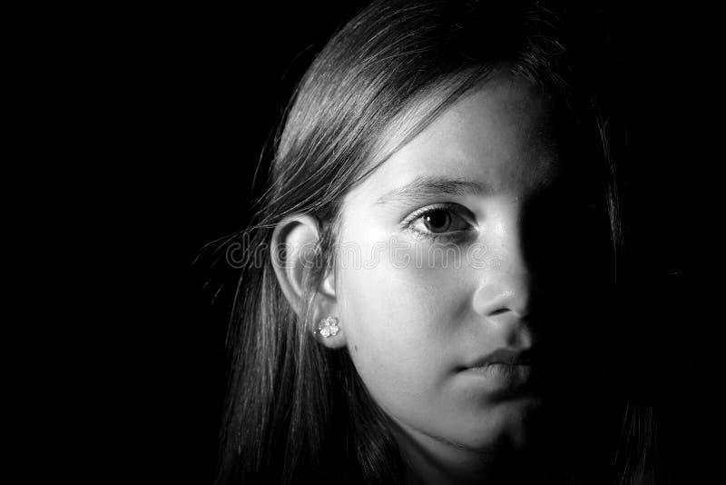 Svartvit stående av lite flickan arkivbild