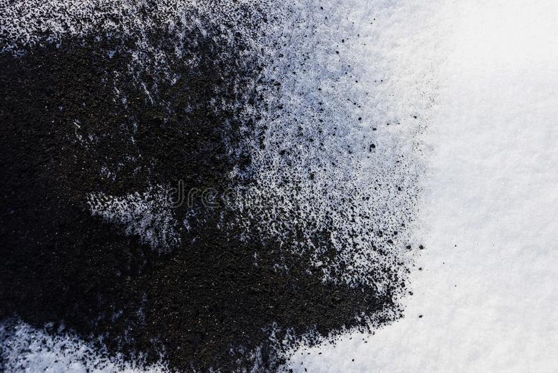 Svartvit textur från askaen av en brand och en snö arkivfoton