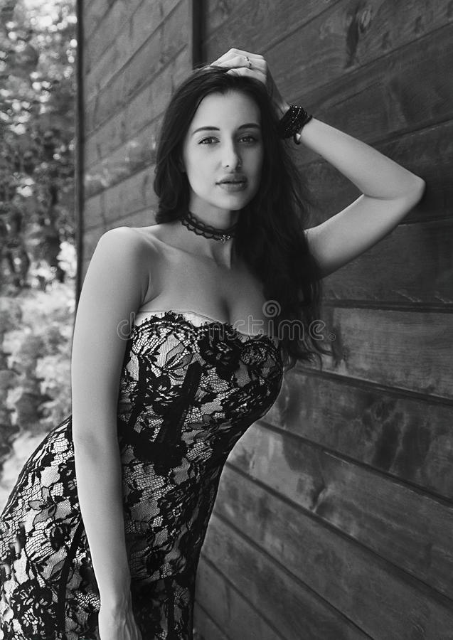 Svartvit utomhus- stående av en härlig brunettflicka royaltyfria bilder