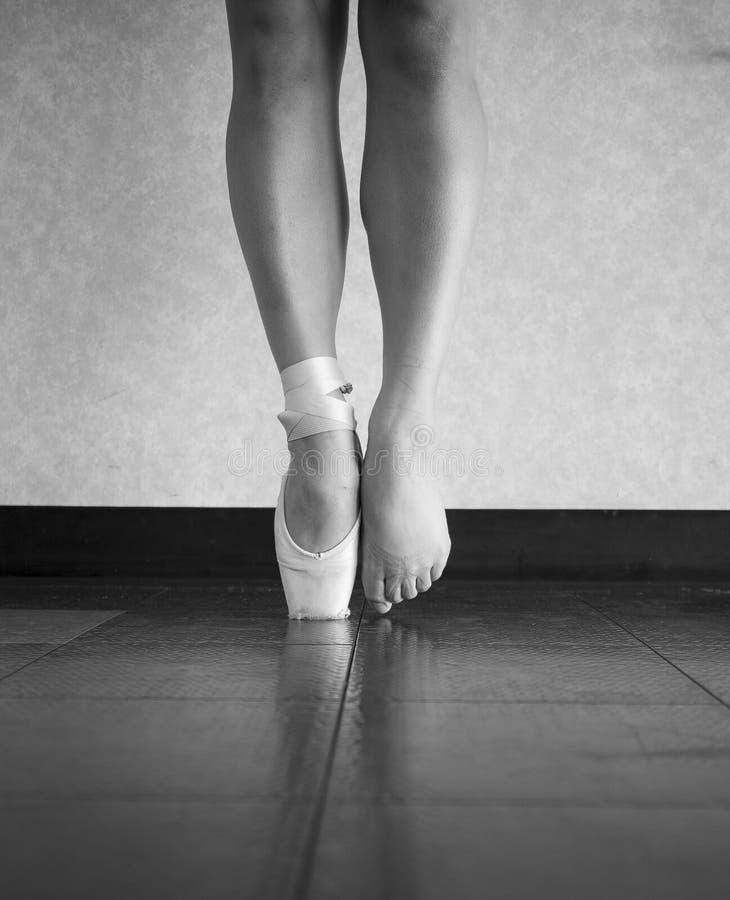 Svartvit version av fot för ballerina` ett s bak platserna royaltyfri foto