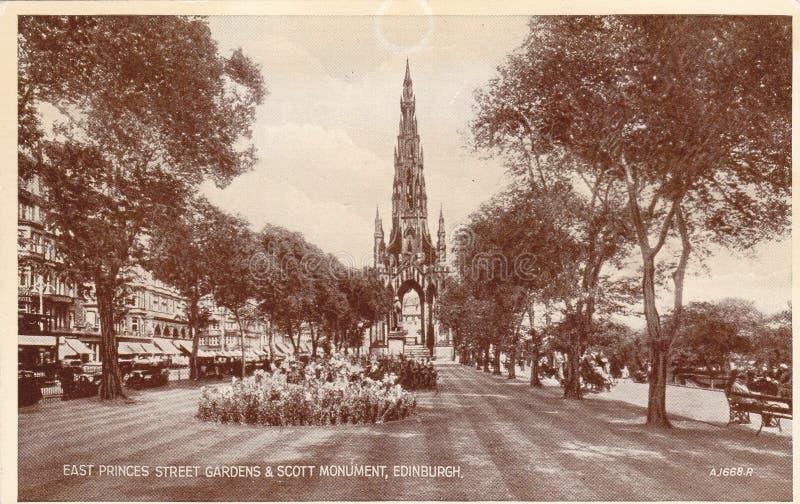 Svartvit vykort för tappning av östliga prinsgataträdgårdar och Scott Monument, Edinburg fotografering för bildbyråer