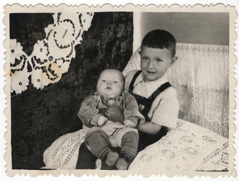 Svartvita fotografier av två unga bröder arkivbild
