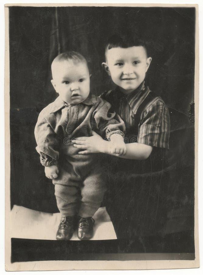 Svartvita fotografier av två unga bröder fotografering för bildbyråer