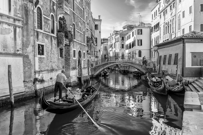 Svartvita gondoler i Venedig, Italien royaltyfri fotografi