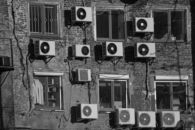 Svartvita luftkonditioneringsapparater på tegelstenväggen arkivbilder