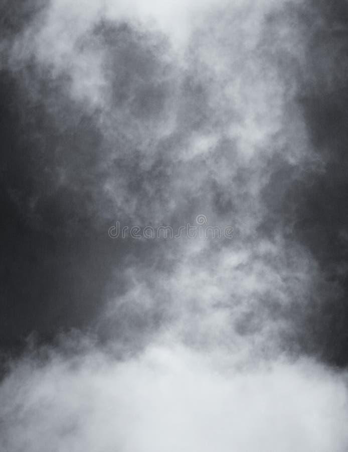Svartvita moln och dimma royaltyfri fotografi