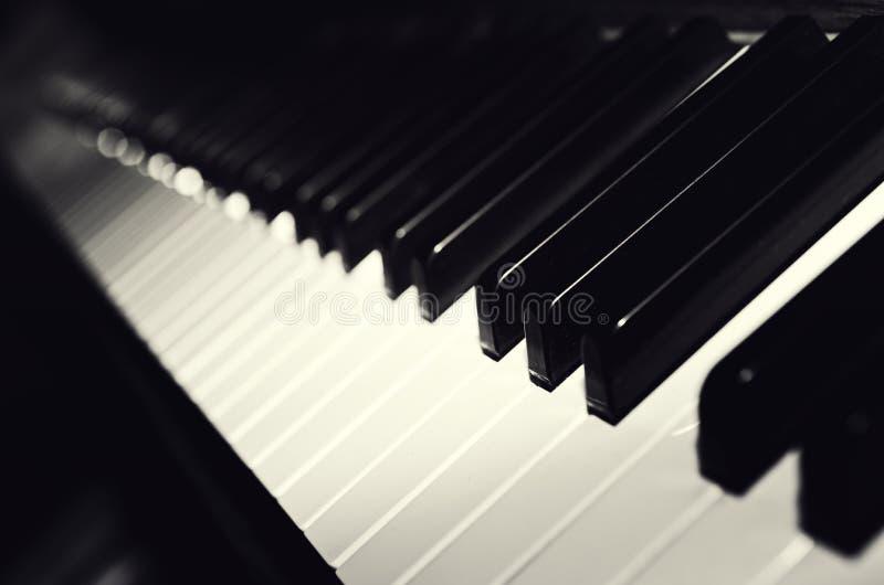 Svartvita pianotangenter arkivbilder