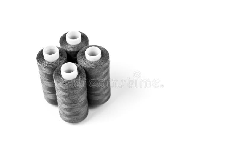 Svartvita sömnadtrådar på en vit bakgrund ställ in sömnadtrådar royaltyfria foton