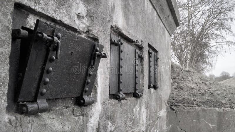 Svartvita sidohängda fönster för WWI-bunkerfönster arkivfoton