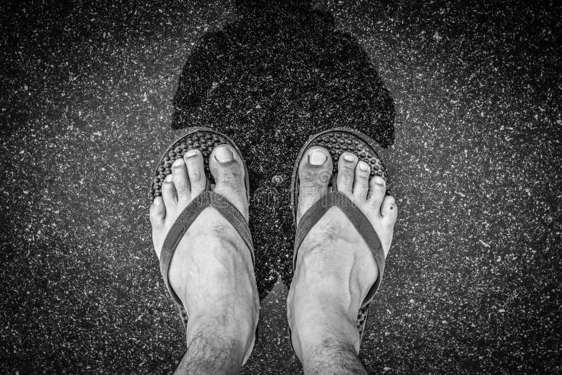 Svartvitt av fot för bästa sikt i sandalselfie sköt av asiat royaltyfria foton