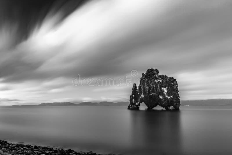 Svartvitt av havet vagga av Hvitserkur, Island arkivbilder