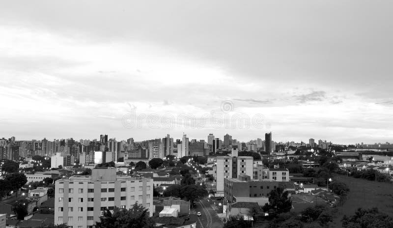 Svartvitt - bästa sikt av staden av Campinas, i Brasilien arkivbild