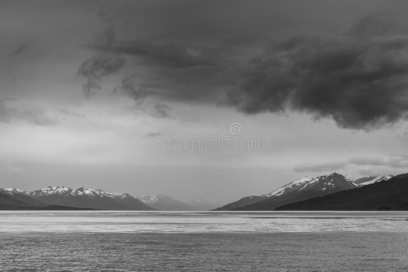 Svartvitt dramatiskt landskap av Patagonian berg som tas från beaglekanalen Ushuaia, patagonia, Argentina royaltyfria foton