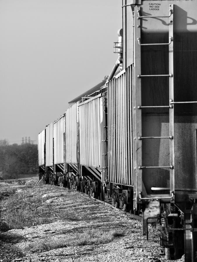 Svartvitt foto av boxcars på järnvägspår i en liten lantlig stad i Tennessee arkivfoton