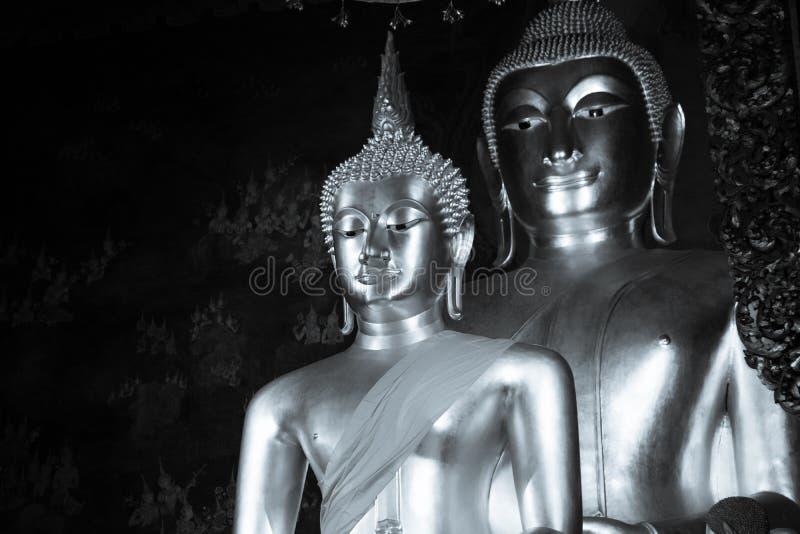 Svartvitt foto av Buddhastatyn och thai konstarkitektur i Wat Bovoranives, Bangkok, Thailand arkivfoto