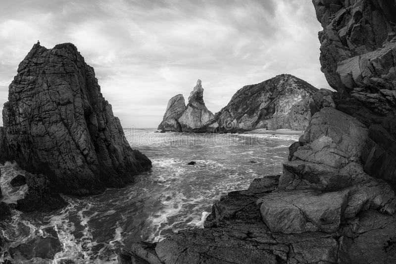 Svartvitt foto av den steniga kustlinjen av Atlantic Ocean arkivfoton