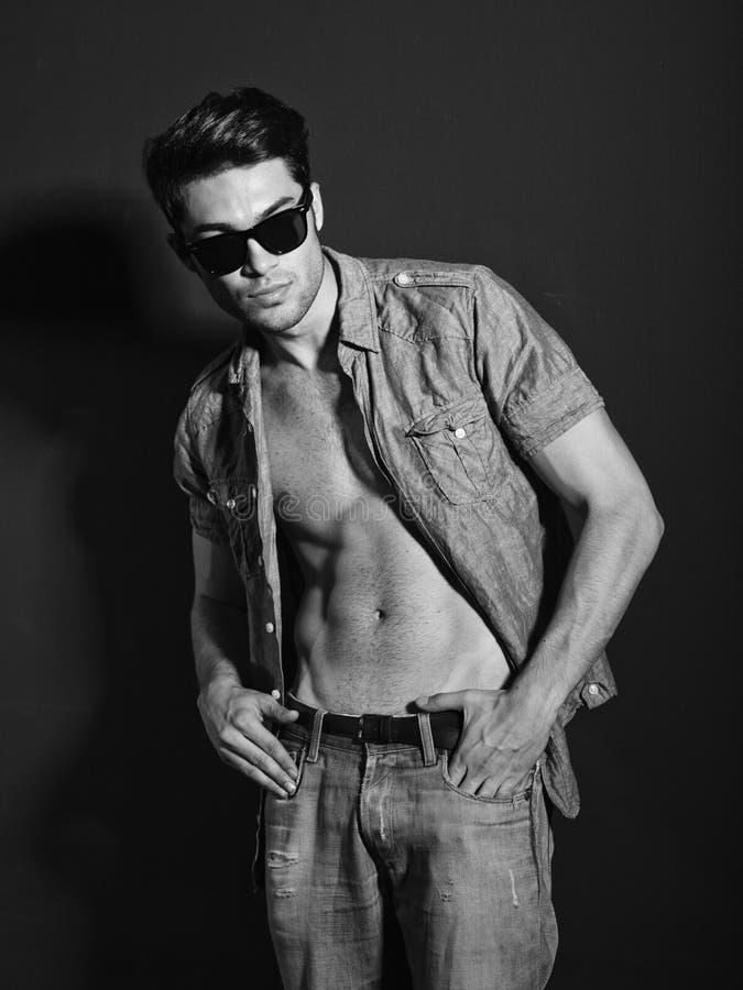 Svartvitt foto av den unga male modellen royaltyfri foto