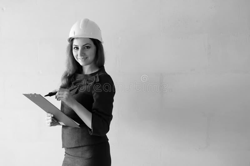 Svartvitt foto av en kvinnaarkitekt på konstruktionen s arkivfoto