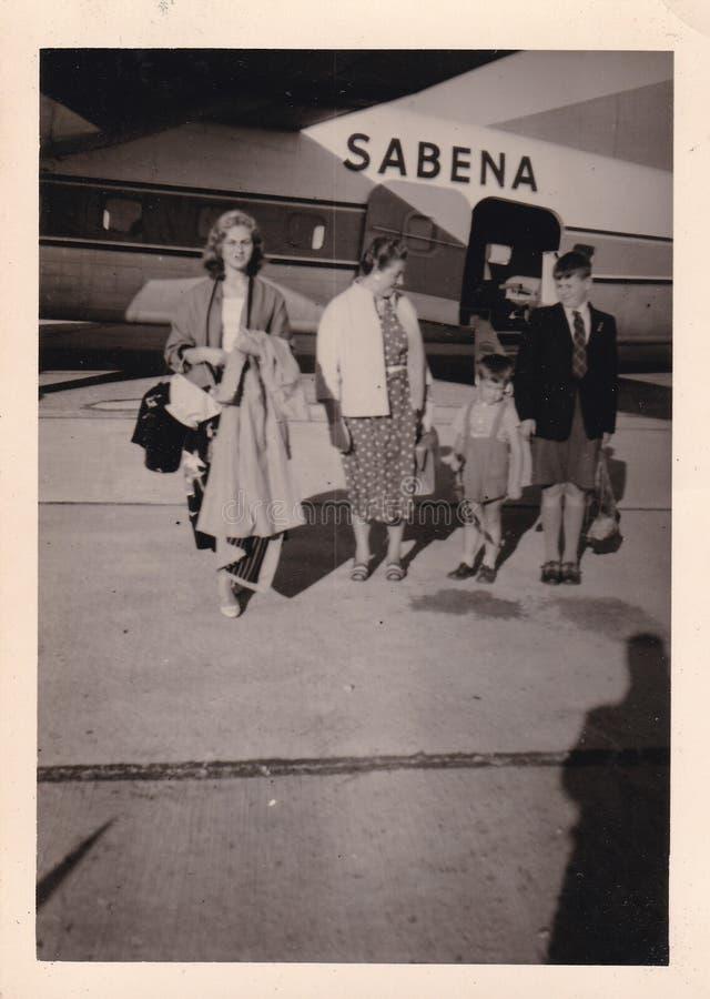 Svartvitt foto för tappning av en familj som av får en flygplan50-tal - 60-tal royaltyfri foto