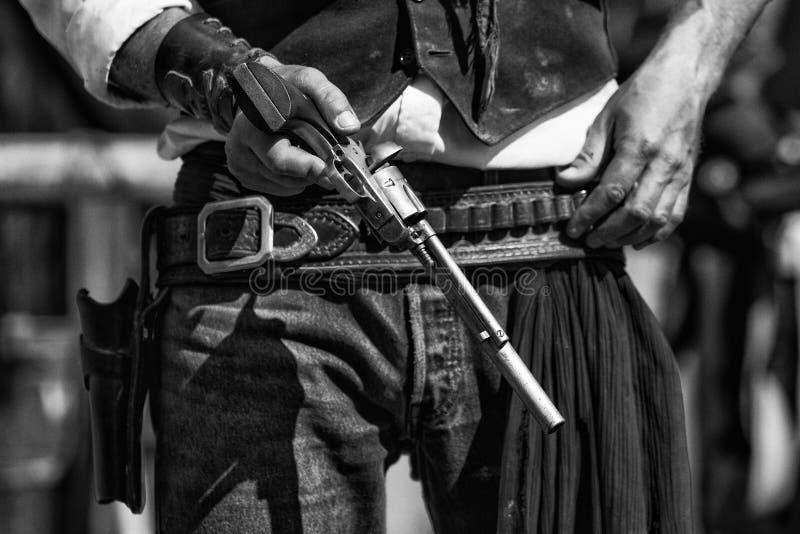 Svartvitt fotografi av gunfighter- och hingstfölrevolvret fotografering för bildbyråer
