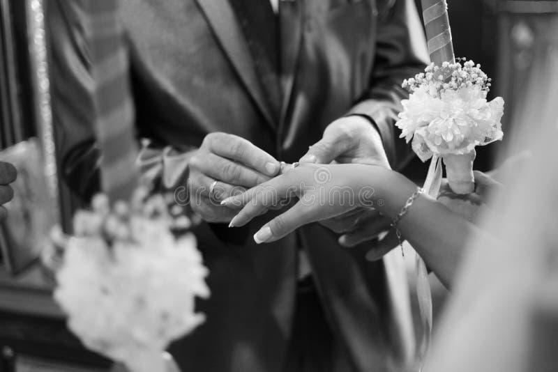Svartvitt kyrkligt bröllop arkivbild