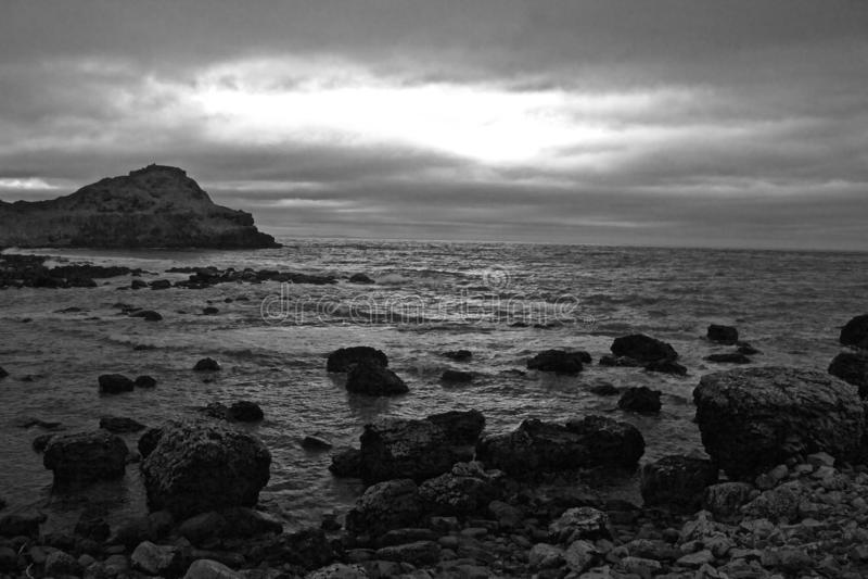 Svartvitt landskap av Rocky Beach Shoreline fotografering för bildbyråer
