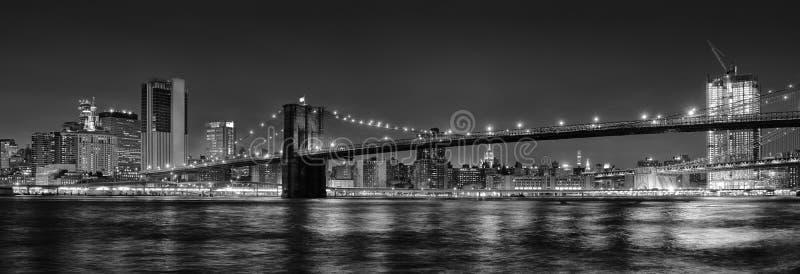 Svartvitt panorama- foto av den Brooklyn bron på natten, NYC royaltyfria bilder