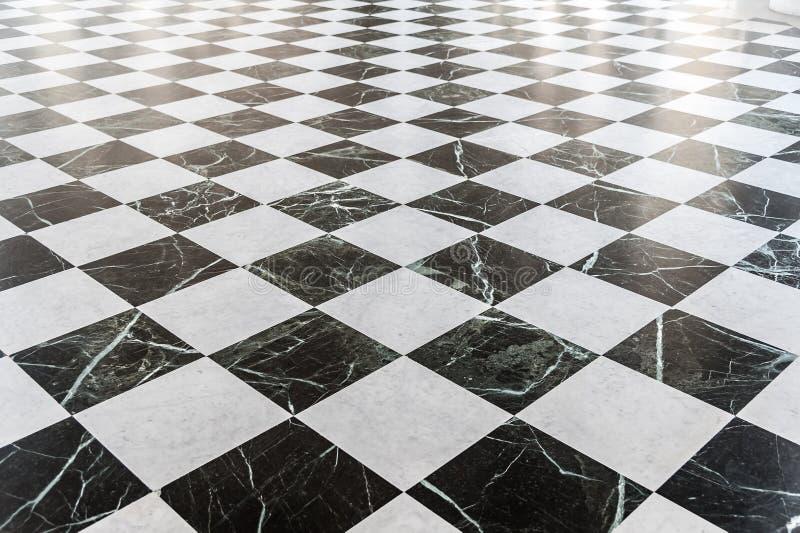 Svartvitt rutigt marmorgolv royaltyfria foton
