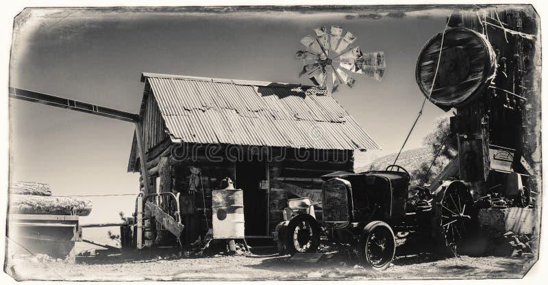 Svartvitt Sepiatappningfoto av Jerome Gold King Mine & sp?kstaden med gammal v?stra byggnad arkivbild