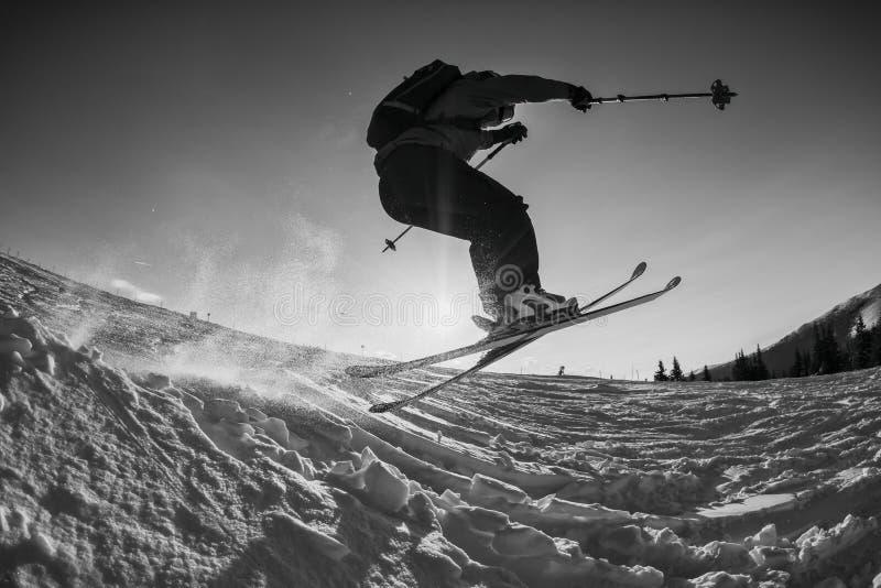 Svartvitt skott av den fria skidåkarebanhoppningen arkivfoton