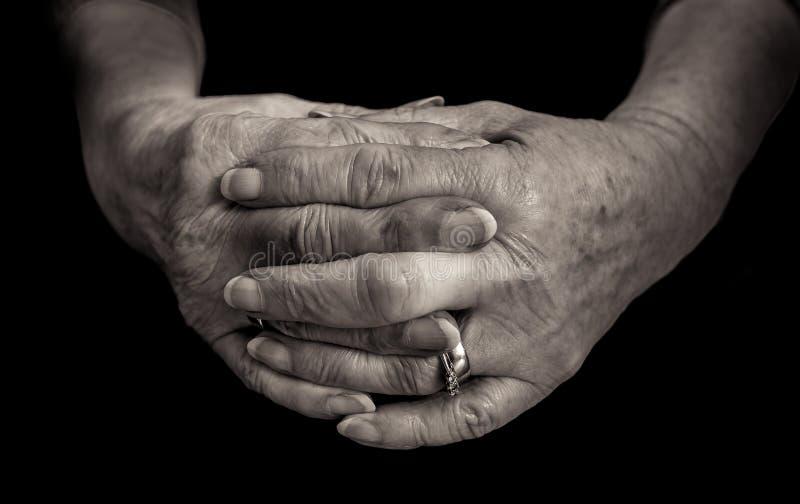 Svartvitt slut upp av kvinnliga pensionärhänder fotografering för bildbyråer