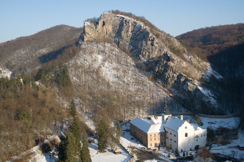 Svaty Januari fröskida Skalou, centrala Bohemia, Tjeckien royaltyfri foto