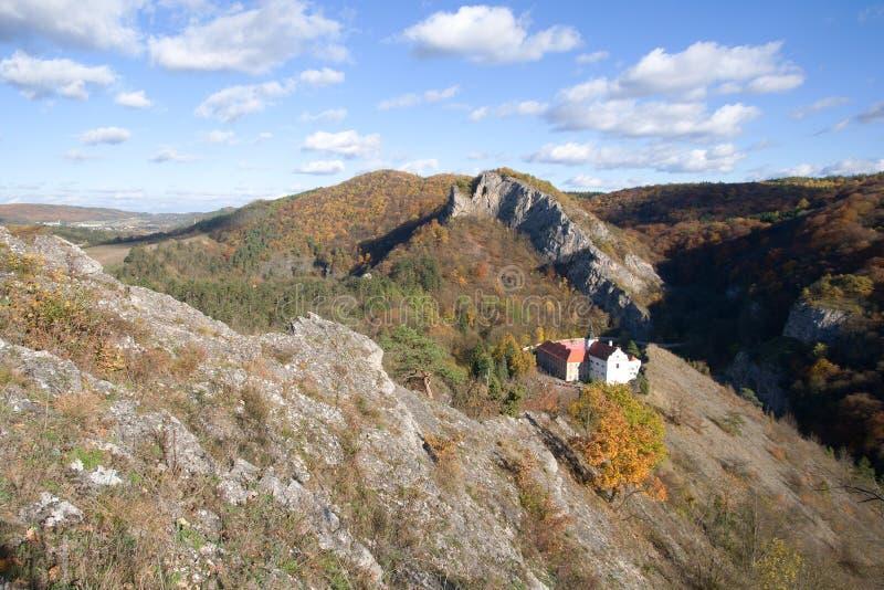 Svaty Januari fröskida Skalou, centrala Bohemia, Tjeckien arkivfoton