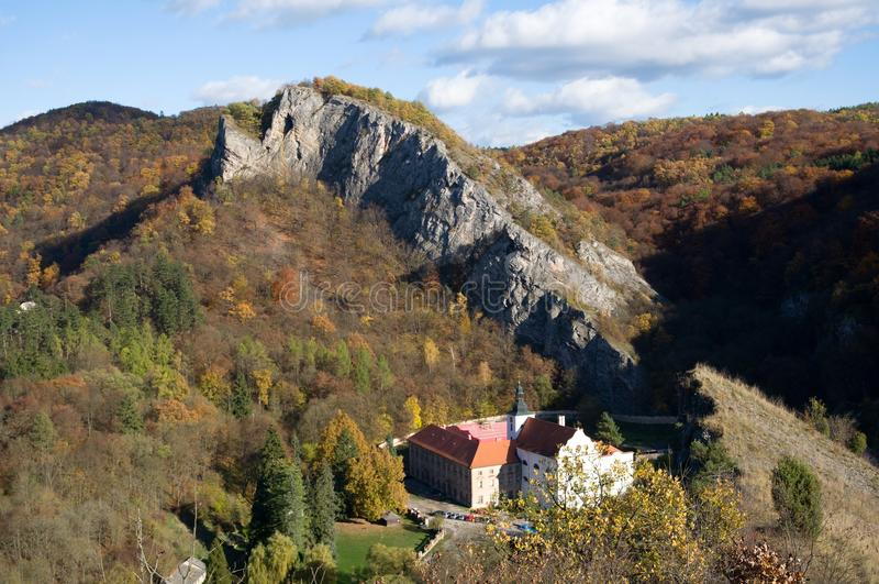 Svaty Januari fröskida Skalou, centrala Bohemia, Tjeckien arkivbild