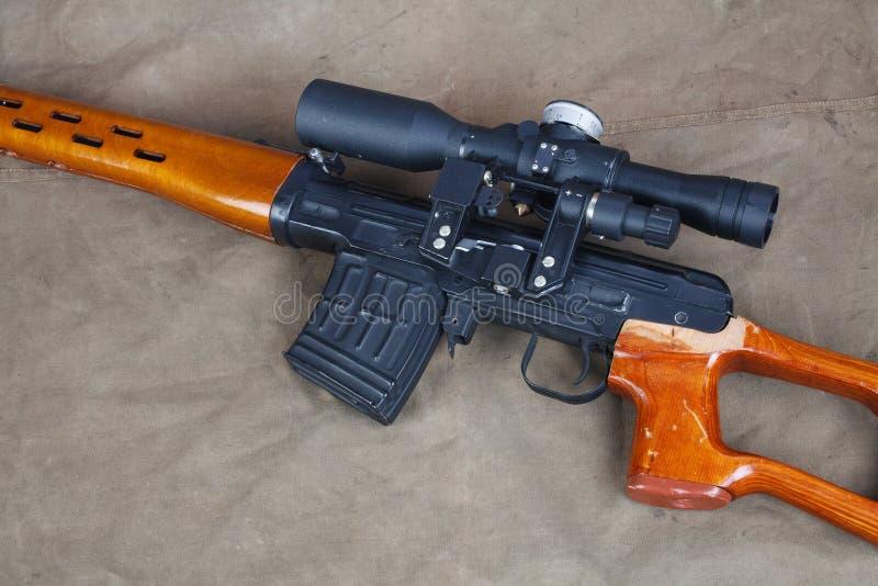SVD-sluipschuttergeweer op kaki canvas stock foto