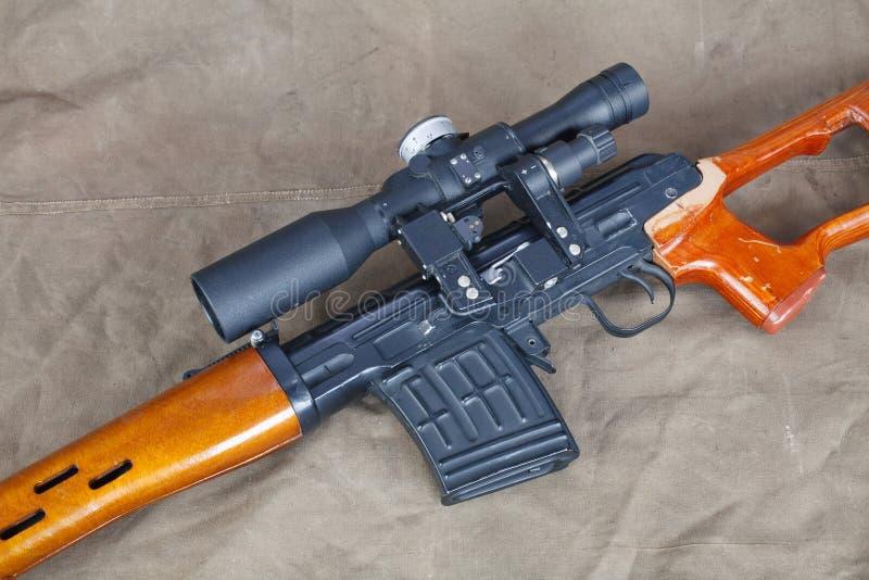 SVD-sluipschuttergeweer op kaki canvas stock afbeeldingen