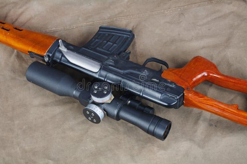 SVD-sluipschuttergeweer op kaki canvas royalty-vrije stock afbeelding