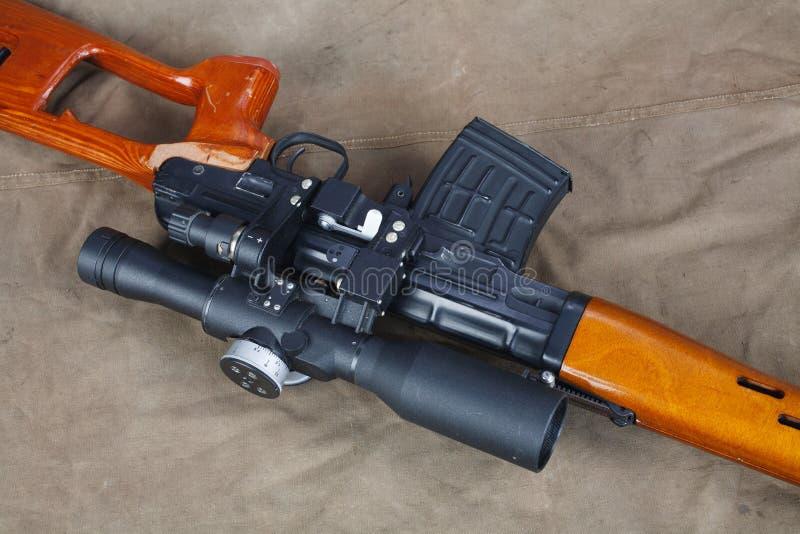 SVD-sluipschuttergeweer op kaki canvas stock fotografie