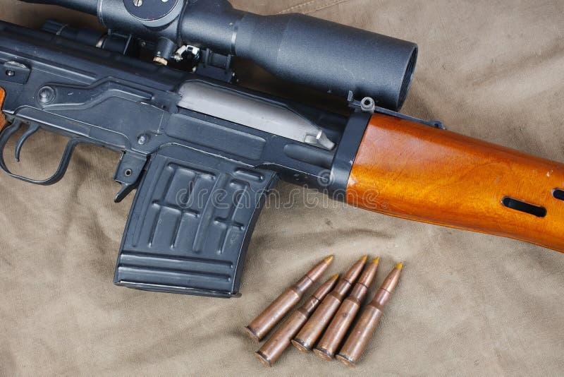 SVD-sluipschuttergeweer op kaki canvas royalty-vrije stock fotografie