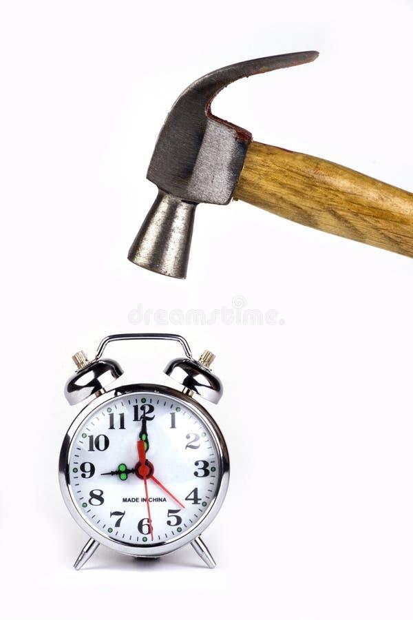 Sveglia con il martello fotografia stock