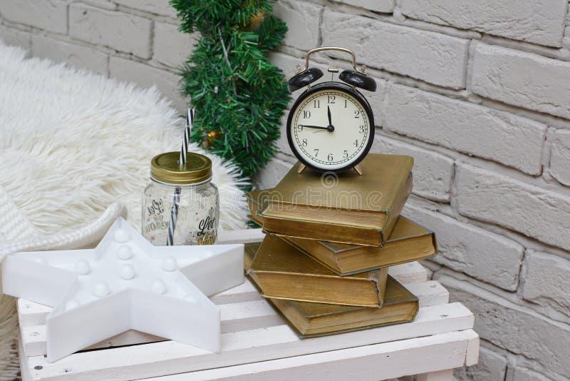 Sveglia d'annata nella stanza di studio tradizionale che mostra quindici alla mezzanotte Nuovo anno felice fotografia stock libera da diritti